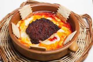 Tapa de queso provolone con sobrasada de Cuines de Santa Caterina